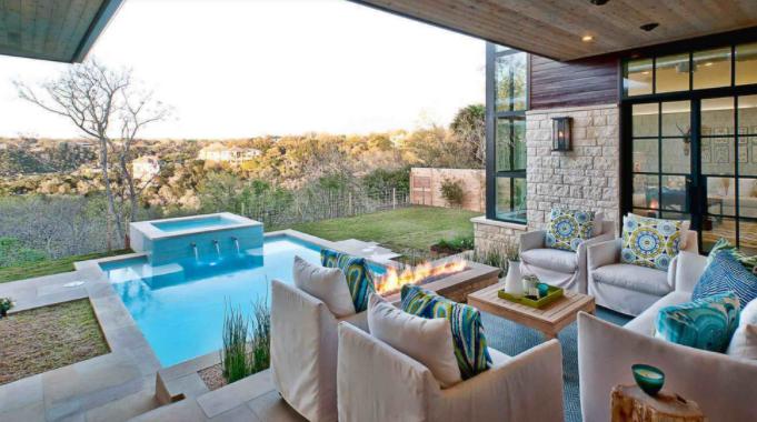 Un peisaj montan deosebit și o casă frumoasă