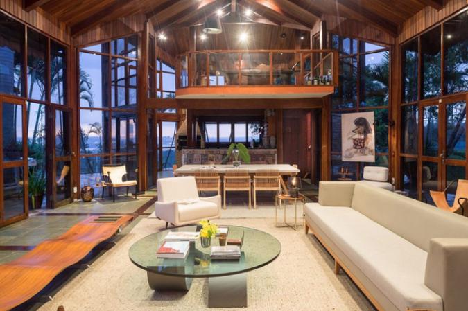 Casa cu pereți din sticlă panoramici